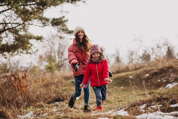 冬の森の小さな娘を持つ母