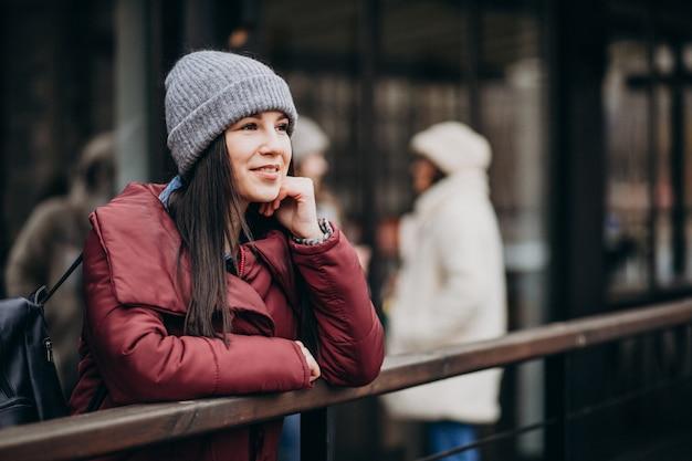 Девушка с помощью телефона на улице и встречи с друзьями