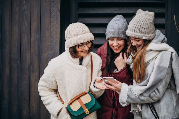 Девочки друзья встречаются вместе зимой на улице