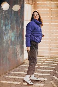 公園の外の青いジャケットの若い女性