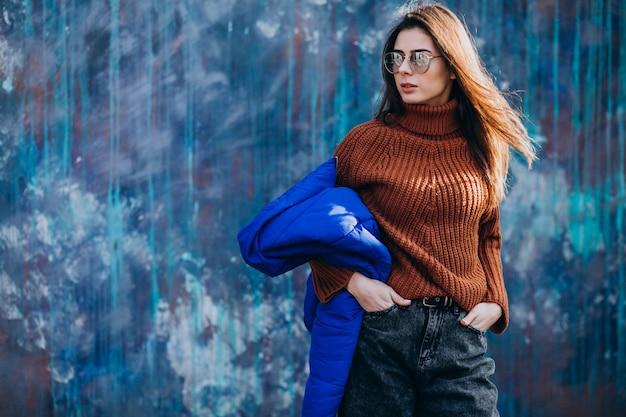 青い冬のジャケットの若い女性モデル