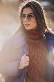 Молодая женщина в синем пиджаке снаружи в парке