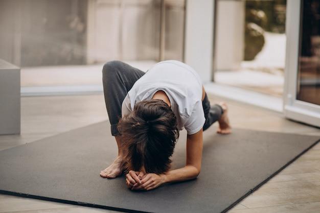 若い女性が自宅でヨガの練習