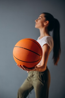 分離された若い女性のバスケットボール選手
