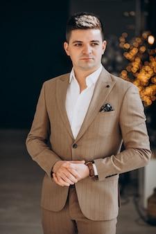 上品なスーツの若いハンサムな男