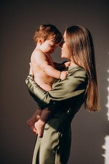 母乳育児の練習、彼女の小さな子供を持つ若い美しい母親