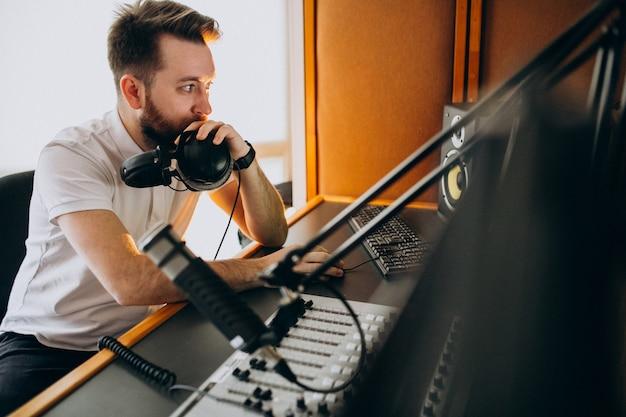 Человек на студии звукозаписи, производство музыки