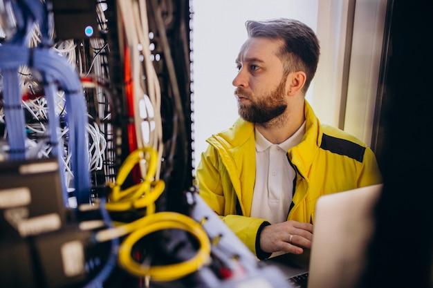 プログラム分析を行う若いエンジニア