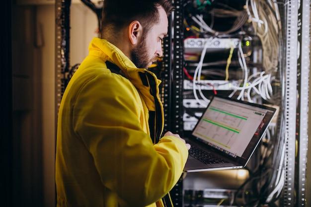 Инженер молодого человека делая анализы программы