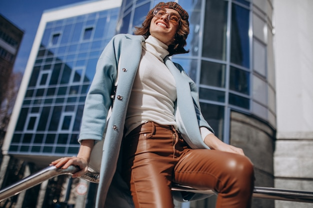 ビジネスセンターでカジュアルな服装の若いビジネス女性