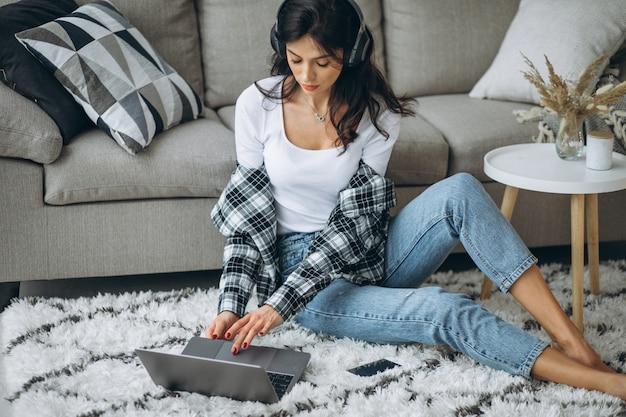 Молодая женщина прослушивания музыки в наушниках