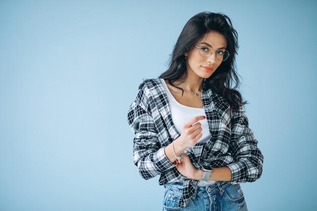 Молодая красивая женщина в случайный наряд, изолированных в студии