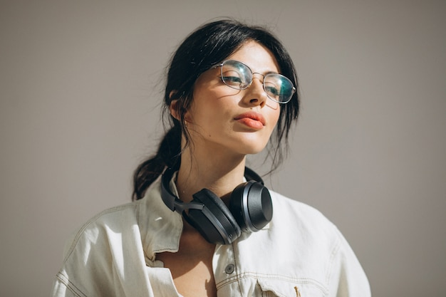 Музыка молодой милой женщины слушая на беспроволочных наушниках