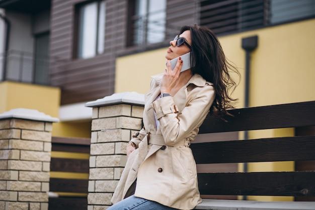 Молодая деловая женщина возле дома
