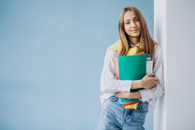 カラフルなフォルダーと立っている女子生徒