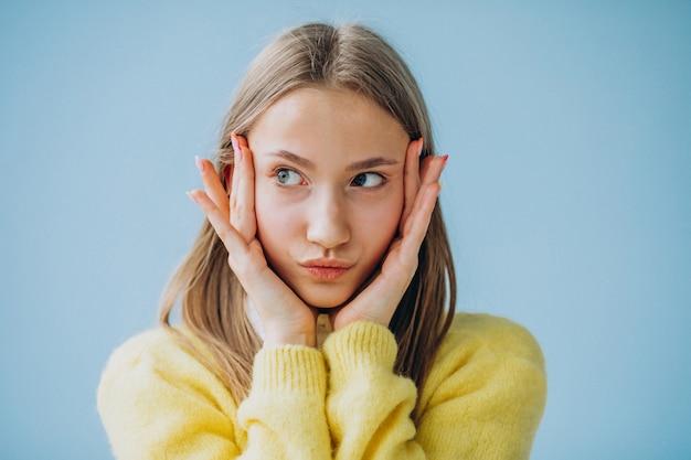 分離した顔の表情を示す少女