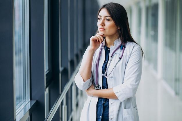 Доктор молодой женщины с стетоскопом на больнице