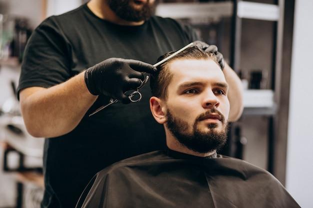 Клиент делает стрижку в парикмахерской салона