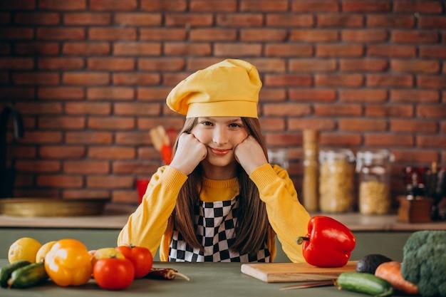 Молодая девушка готовит салат на завтрак на кухне