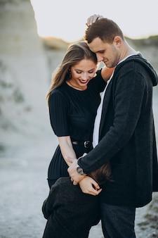 Молодая пара вместе в парке, история любви