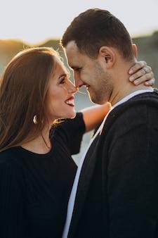 公園、愛の物語で一緒に若いカップル