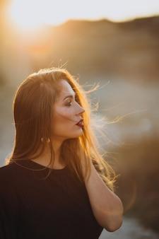 夕日に官能的な女性の肖像画