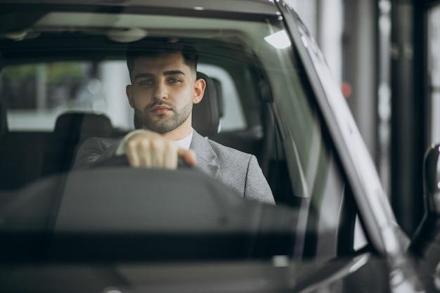 Красивый деловой человек за рулем в машине