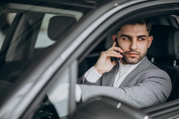 車で運転するハンサムな実業家
