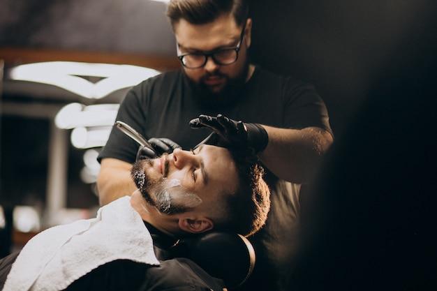理髪店でハンサムな男カットひげ