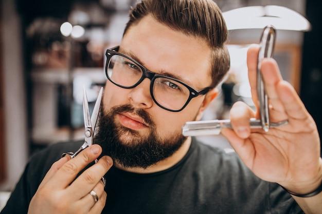 Профессиональный парикмахер с инструментами парикмахера крупным планом