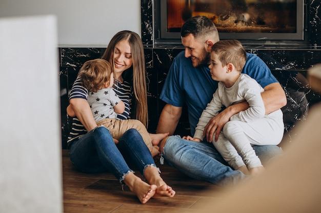 Молодая семья с двумя сыновьями в доме
