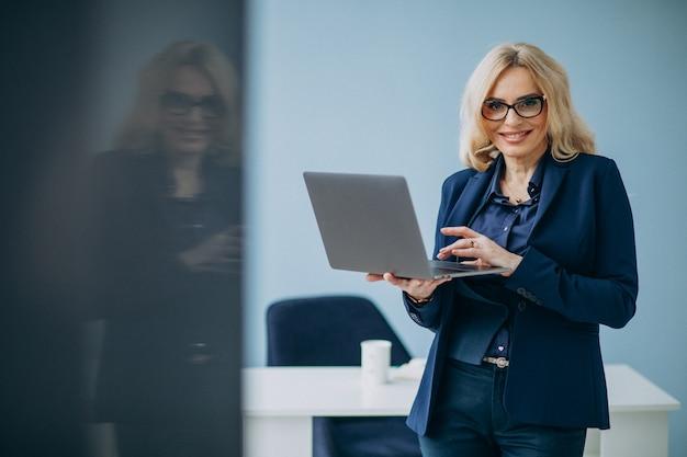 オフィスで美しいビジネス女性