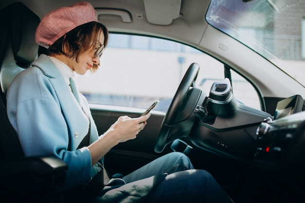 電気自動車で旅行する若い女性