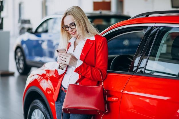 Деловая женщина ищет авто мобильный в автосалоне