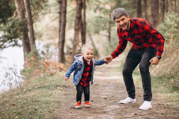 森の中で幼い息子を持つ父