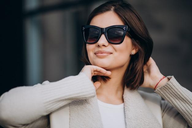 Портрет молодой женщины в городе