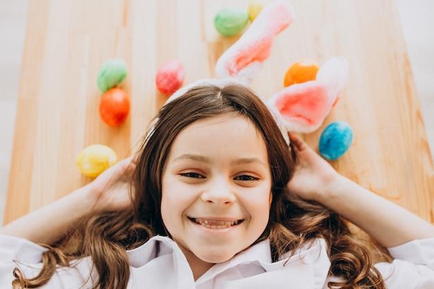 Маленькая девочка с пасхальными яйцами