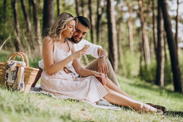 Молодая пара, пикник в лесу