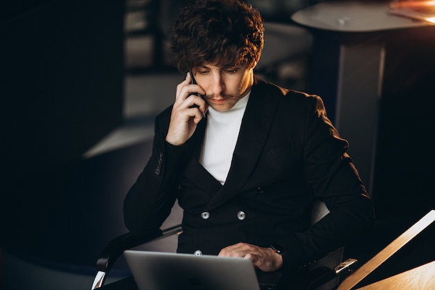 オフィスのコンピューターに取り組んでいるハンサムな実業家