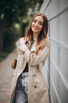 Молодая красивая женщина гуляя в парк