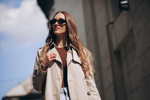 Молодая красивая женщина, прогулки по городу