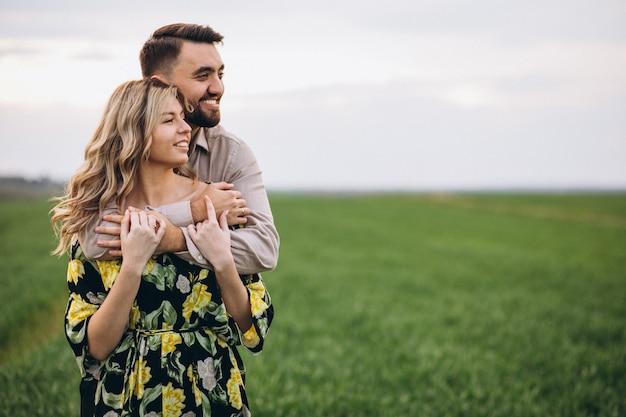 緑の芝生のフィールドで若いカップル