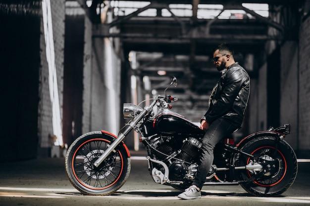 Красивый сексуальный мужчина на мотоцикле