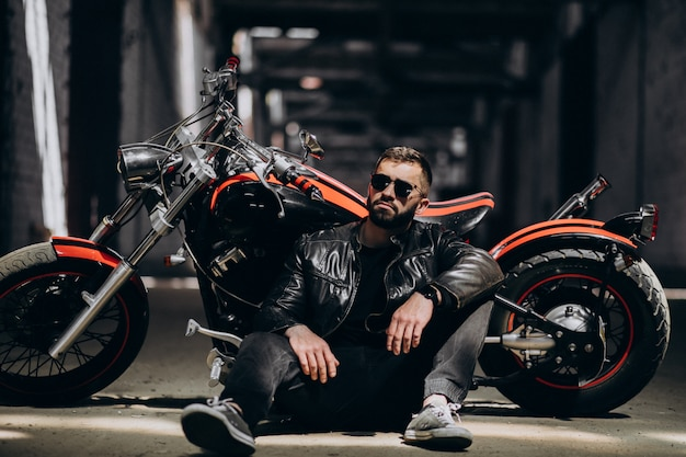 バイクでハンサムなセクシーな男