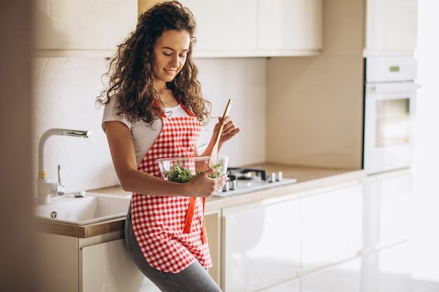 キッチンでサラダを作る女性シェフ