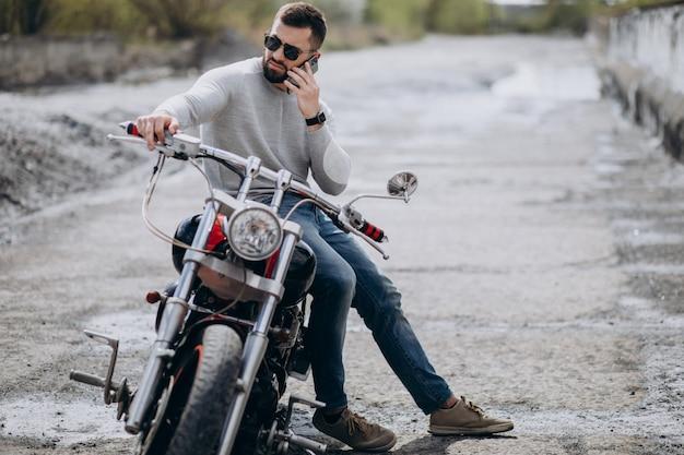 Молодой красавец на мотоцикле путешествия