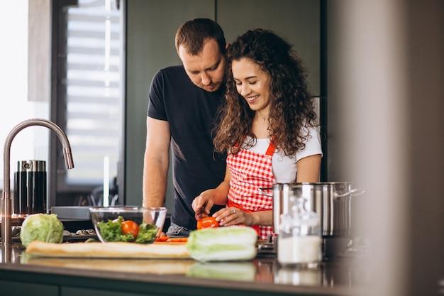 若いカップルが一緒にキッチンで料理