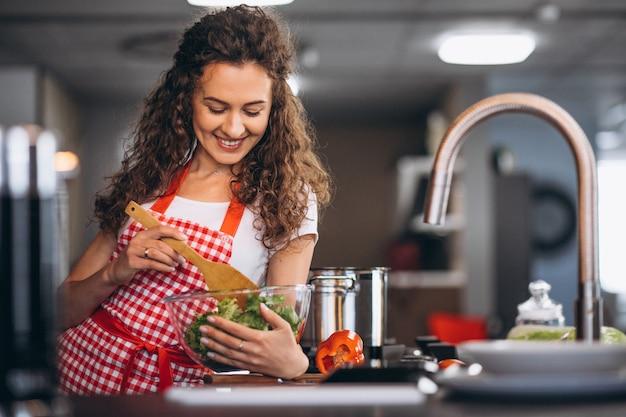 若い女性が台所で料理