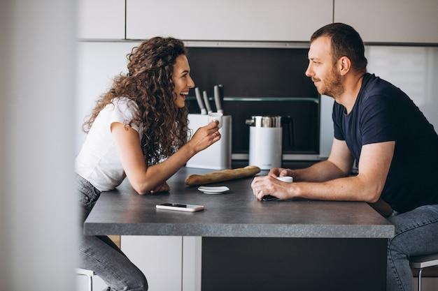 Пара вместе на кухне пьют кофе