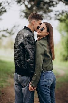森の中で一緒に美しいカップル